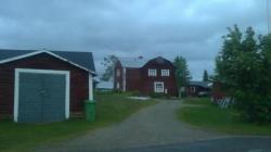 La plupart des maisons ont cette apparence : en bois, peint en rouge/ocre avec fenêtres et portes en blanc. Souvent avec des toitures à double pentes